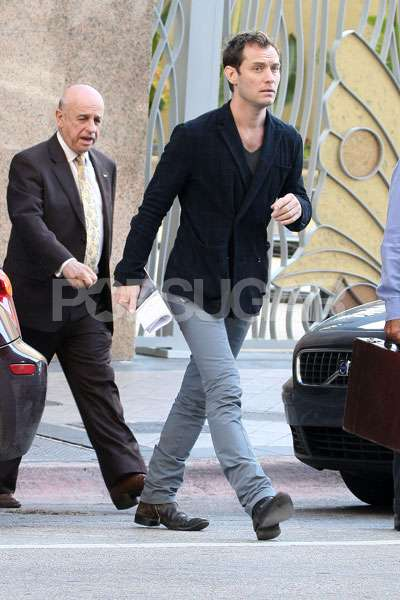 photos of jude law meeting baby sophia for the first time