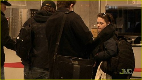 Robert Pattinson and Kristen Stewart leaving Budapest....Better video