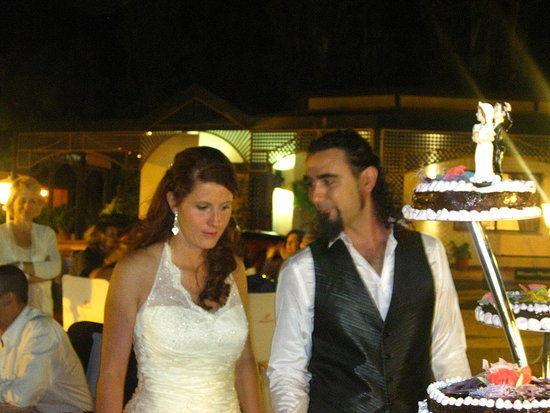 The couple ready to cut the cake.