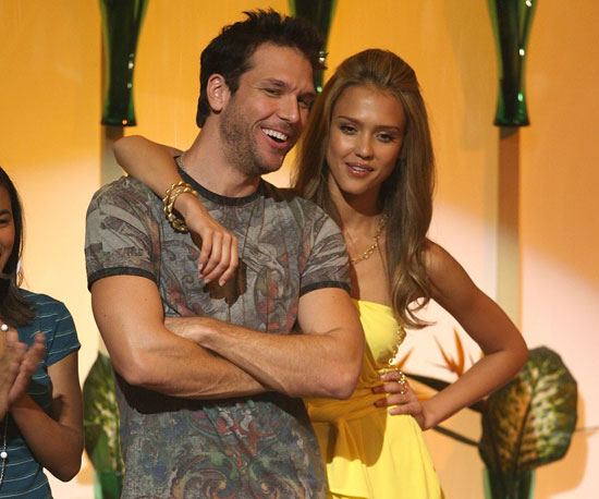 Dane Cook and Jessica Alba cosied up on stage in 2007.