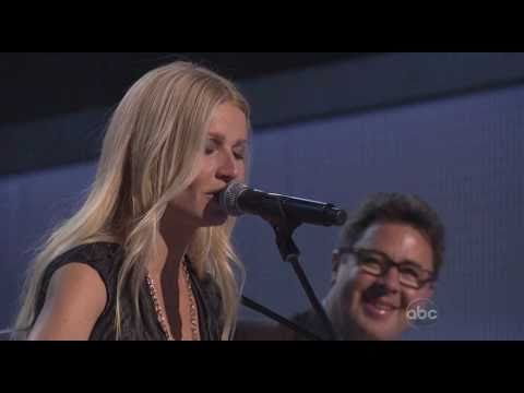 Video of Gwyneth Paltrow Performing Country Strong at 2010 CMA Awards