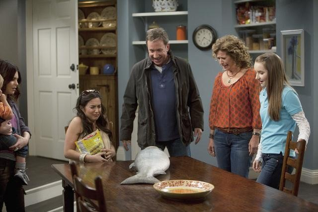 Molly Ephraim, Tim Allen, Nancy Travis, and Kaitlyn Dever in ABC&#039;s Last Man Standing.