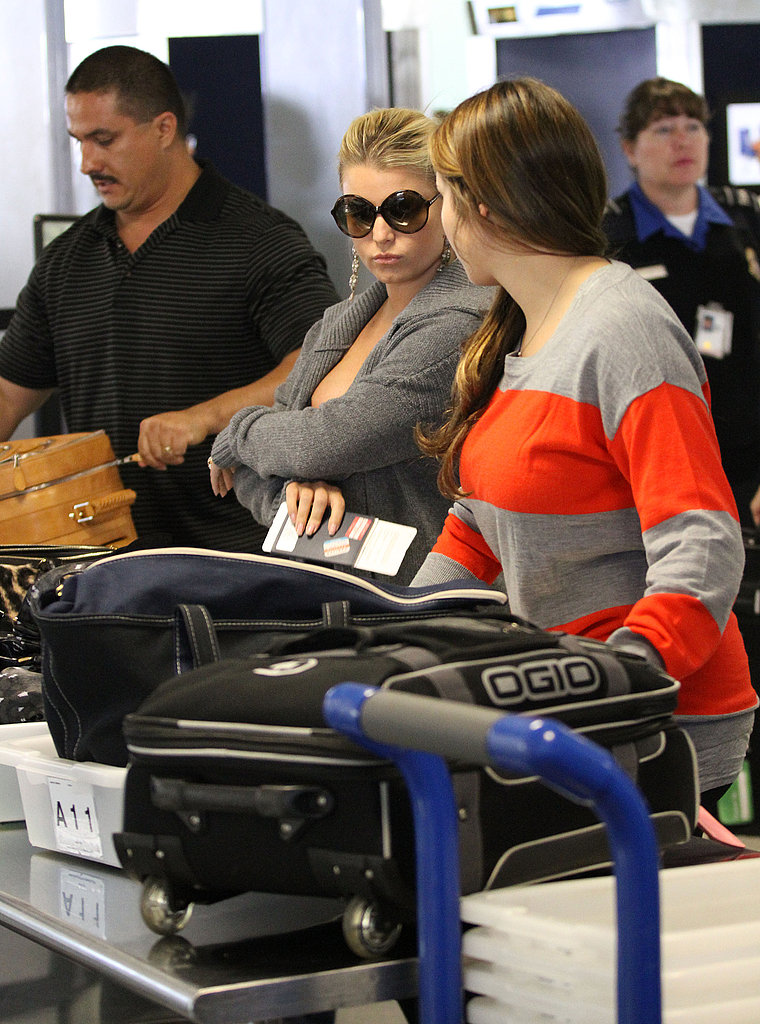 Jessica Simpson traveled with a friend.