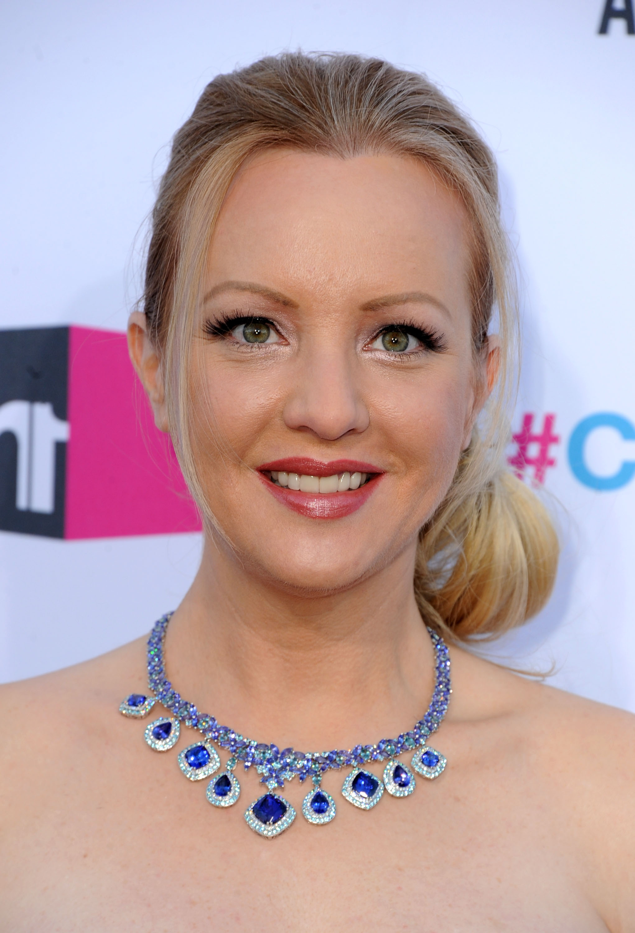 Wendi McLendon-Covey showed off her necklace on the red carpet.