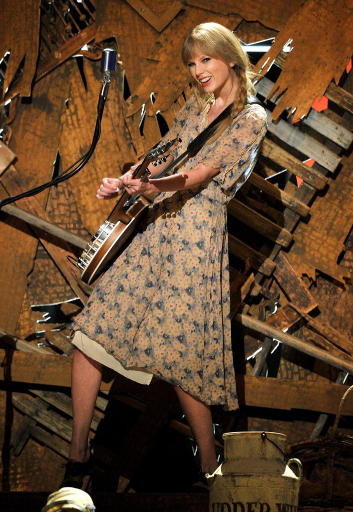 Taylor Swift rocked out with her banjo.