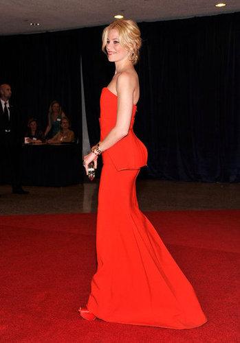 Elizabeth Banks showed off her amazing figure in a red dress.