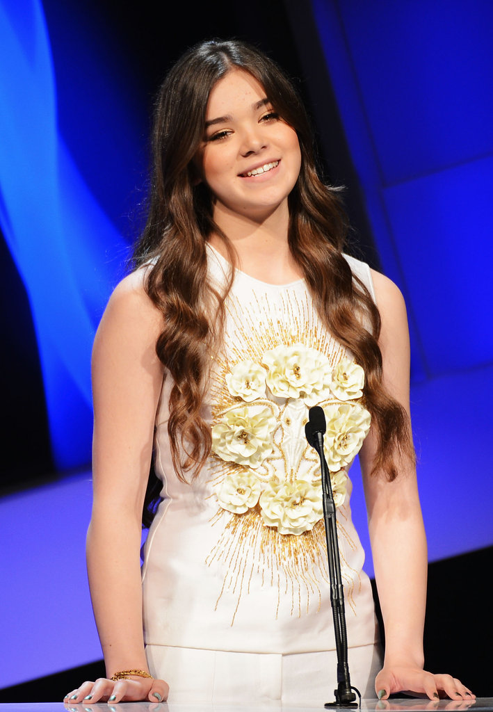 Hailee Steinfeld took to the stage in an all white ensamble.