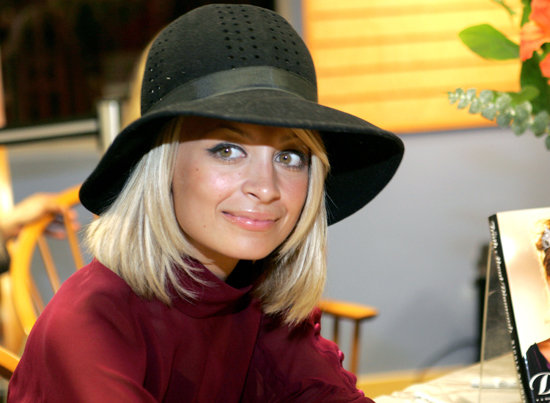 At a signing for her book The Truth About Diamonds, Nicole showed off a cropped hairstyle, which she paired with a floppy hat.