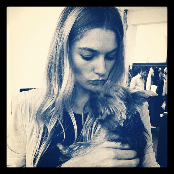 Jessica Hart gave her puppy a smooch. Source: Instagram user 1jessicahart