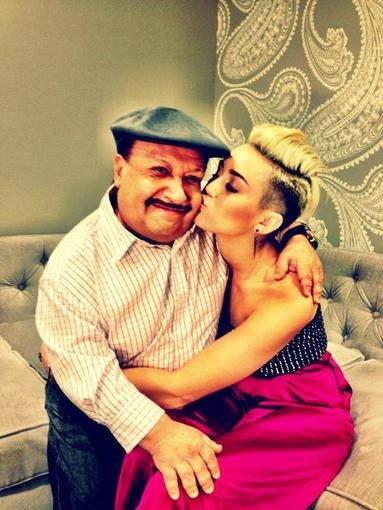 Miley Cyrus showed some love to Chuy while at the Chelsea Lately set. Source: Twitter user MileyCyrus