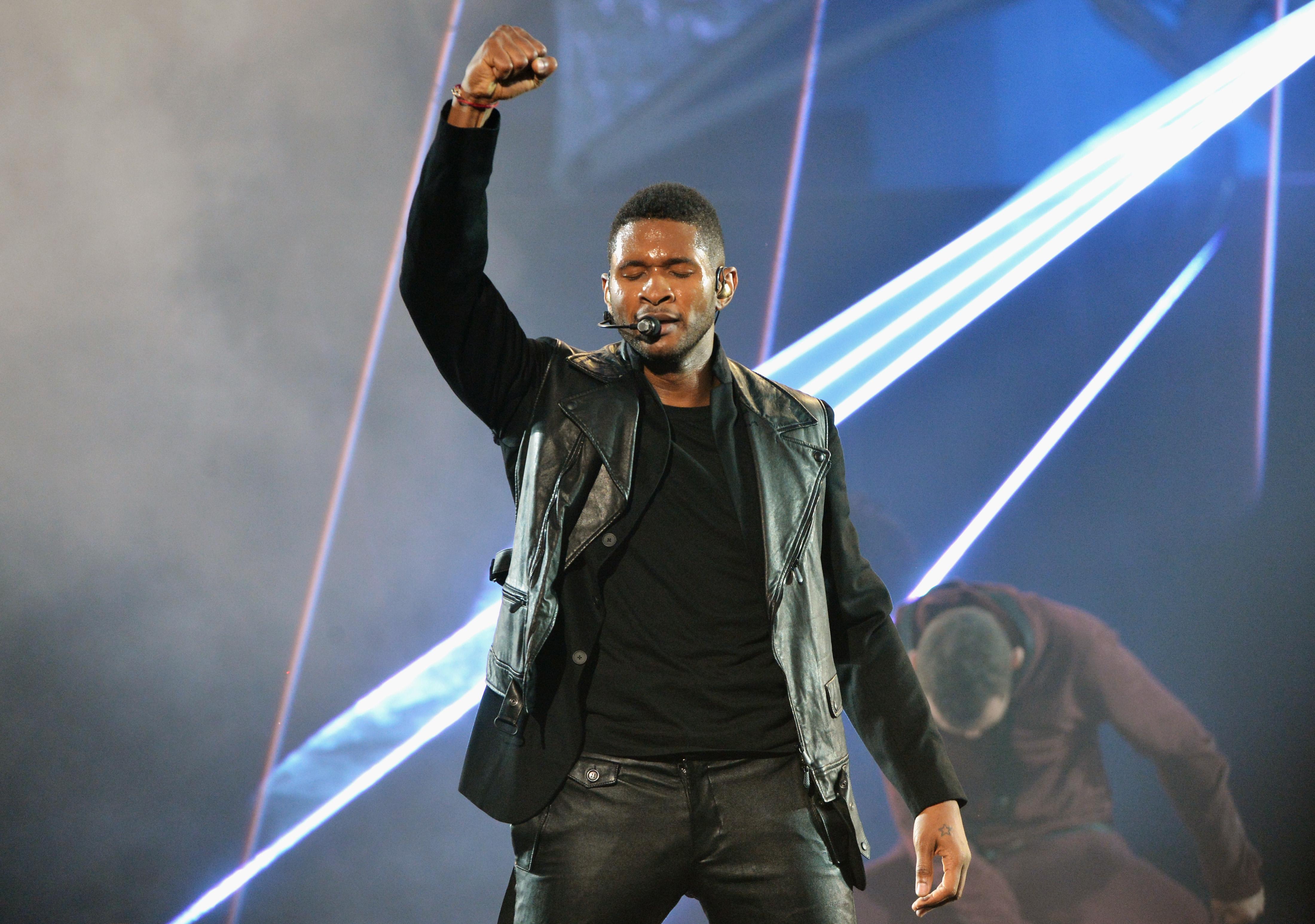 Usher sang at the American Music Awards.