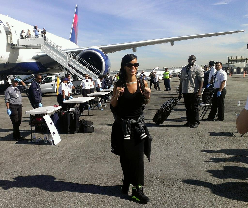 Rihanna got ready to board her private jet. Source: Twitter user rihanna