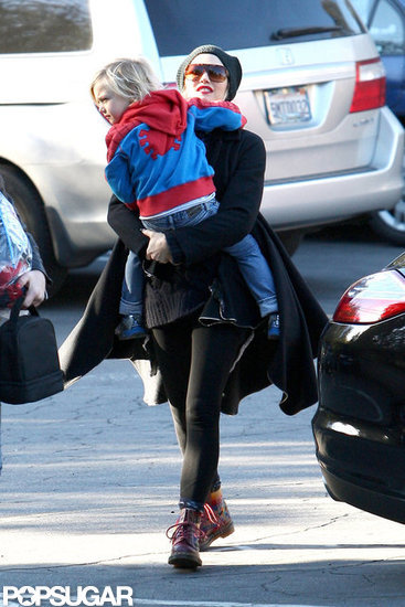 Gwen Stefani gave Zuma Rossdale a lift.