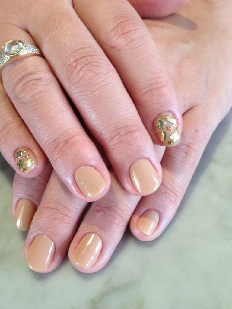 For the SAG Awards, Busy Philipps jazzed up two fingers of her nude manicure with gilded embellishments.  Source: Twitter user Busyphilipps25