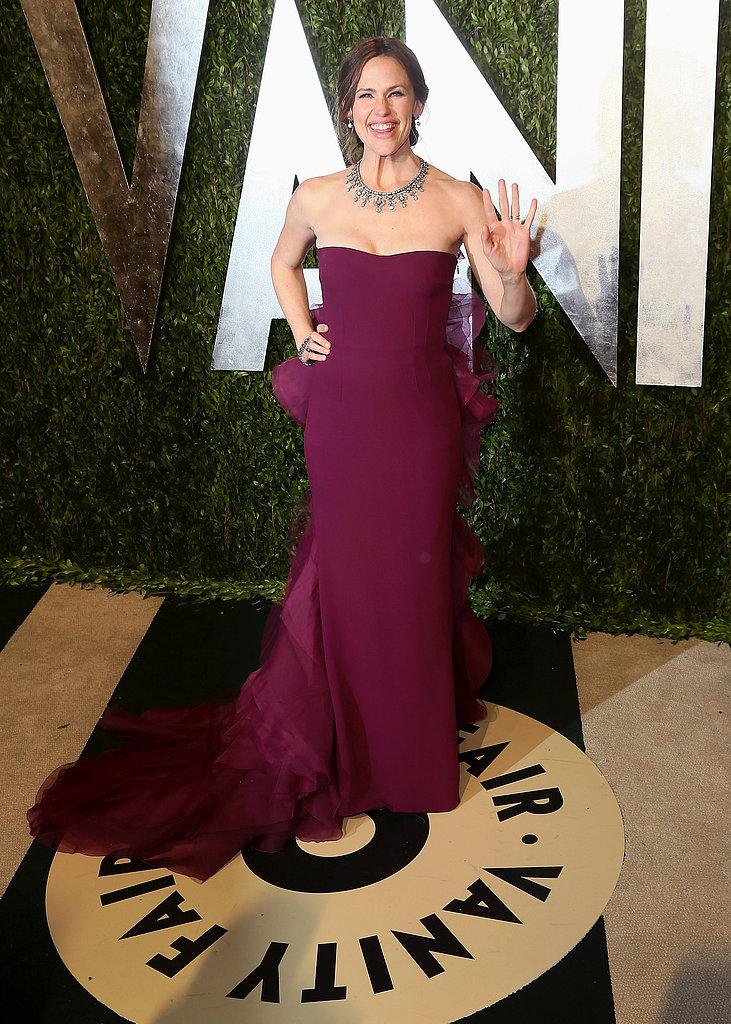 Jennifer Garner gave a wave on the red carpet at Vanity Fair's Oscar party.