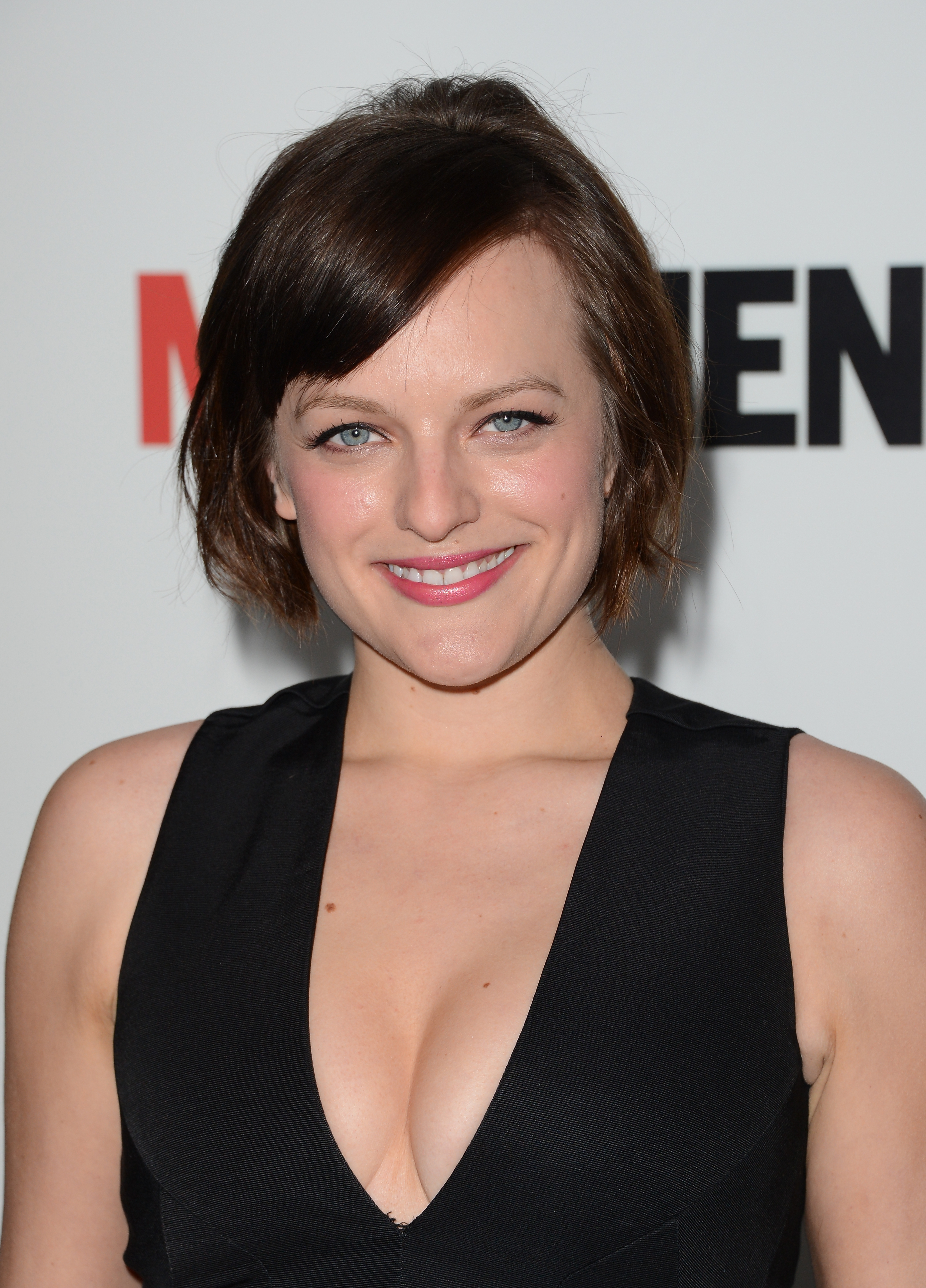 The 35-year old daughter of father Ron Moss and mother Linda Moss, 160 cm tall Elisabeth Moss in 2018 photo