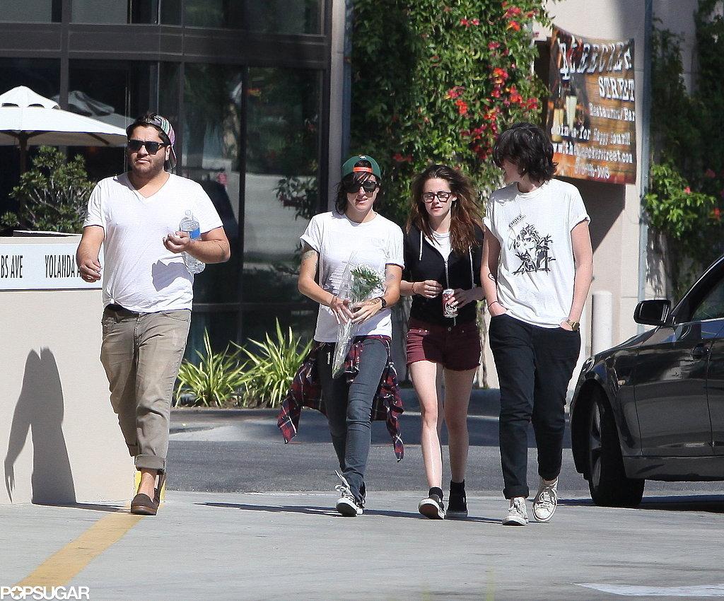 Kristen Stewart grabbed pizza with friends in Woodland Hills.