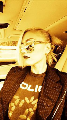 Gwen Stefani posted a photo while riding in a car. Source: Twitter user gwenstefani