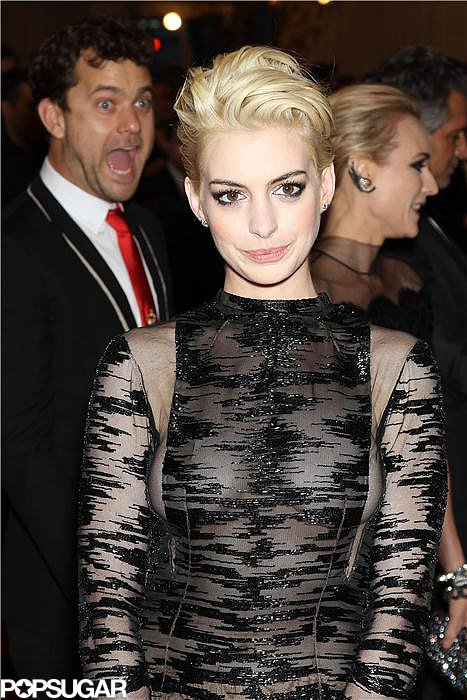 Anne Hathaway had no idea she was being photobombed by Joshua Jackson and Diane Kruger.