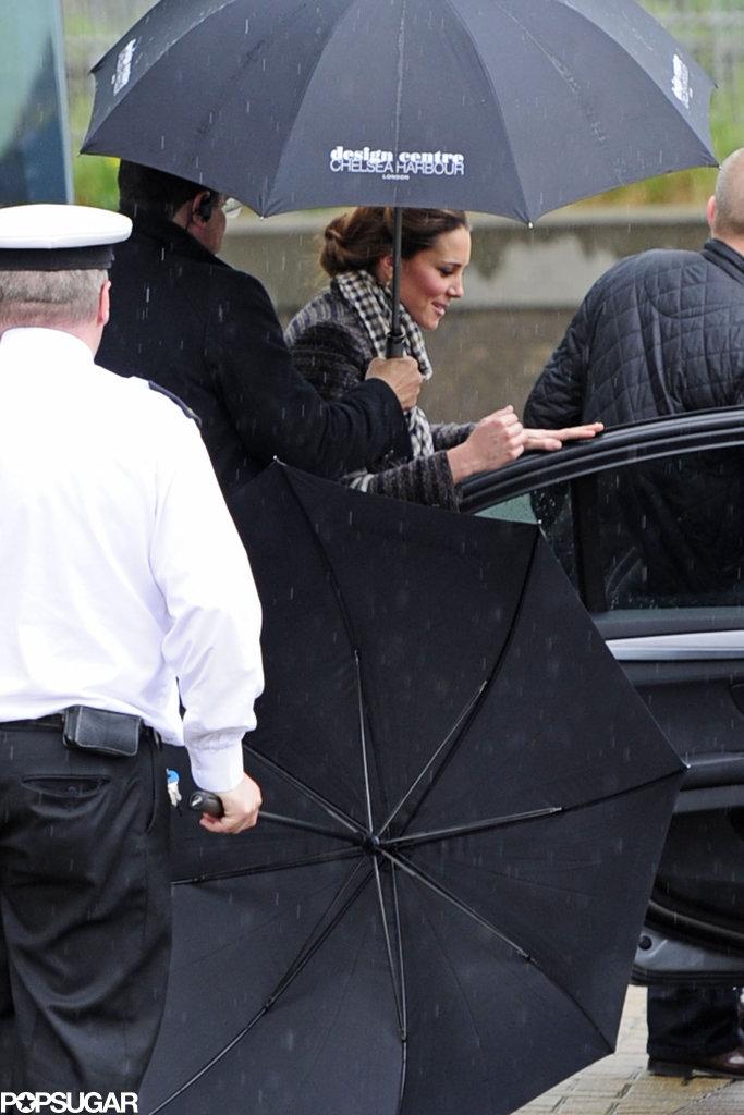 Pregnant Kate Middleton went shopping in rainy London.