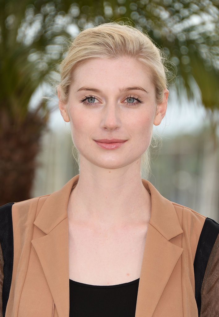 At a photocall for The Great Gatsby, actress Elizabeth Debicki swept her hair into a casual low bun. Her gorgeous blue-green eyes were highlighted with glossy shadow and loads of mascara.
