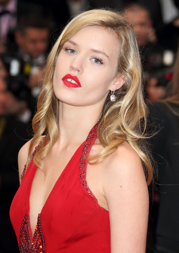 A matte red lipstick and relaxed curls transformed Georgia May Jagger into a sultry siren on the Great Gatsby red carpet.
