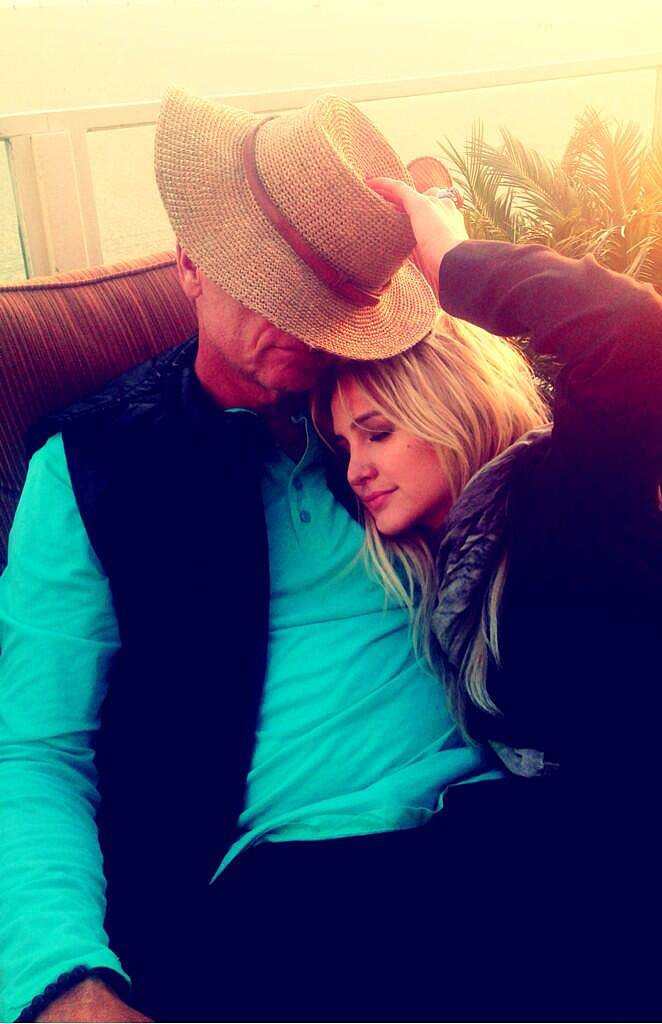 Ashlee Simpson relaxed with her dad, Joe Simpson. Source: Twitter user ashleesimpson