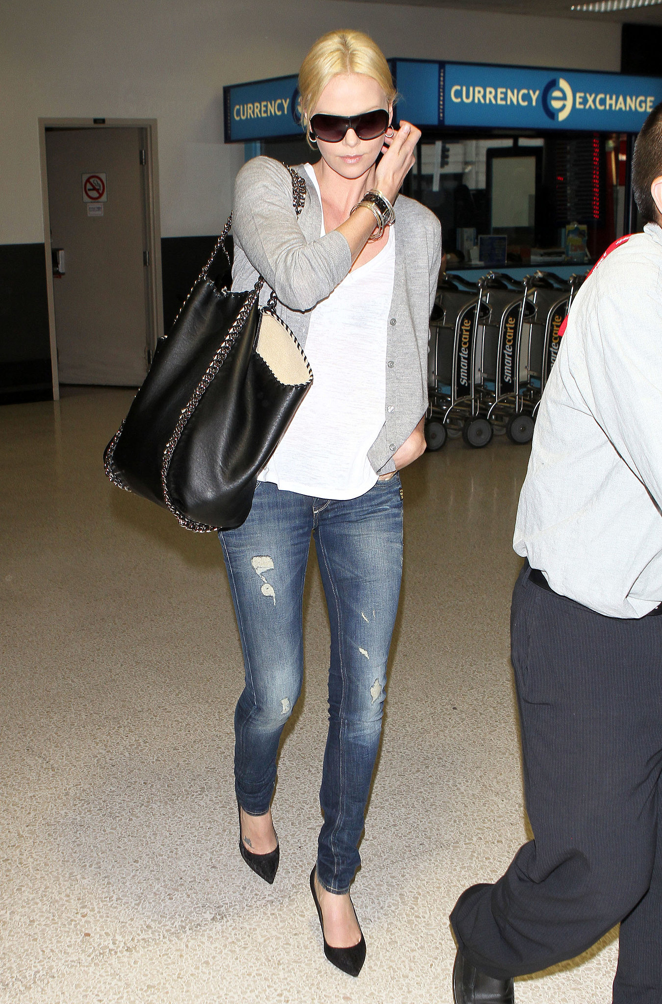 By adding a chain-adorned Stella McCartney tote, Charlize's jeans-and-tee combo got a polished boost.