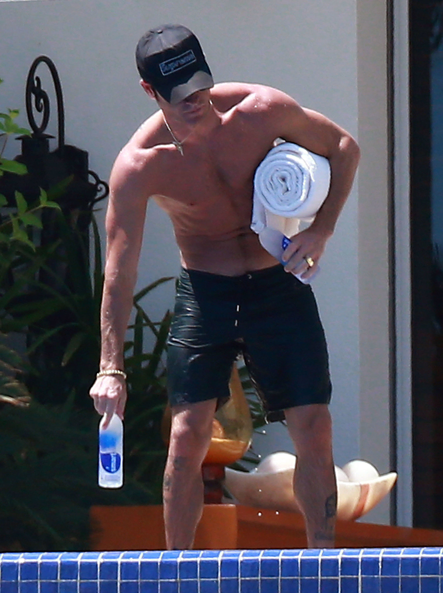 Justin Theroux went shirtless in Mexico.