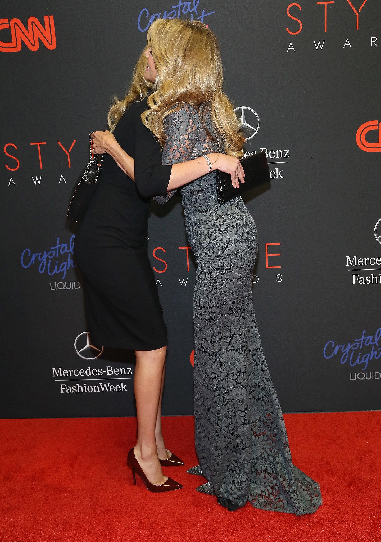 Kate Upton hugged Christie Brinkley on the red carpet.