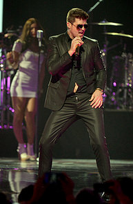 Robin-Thicke-wore-black-suit