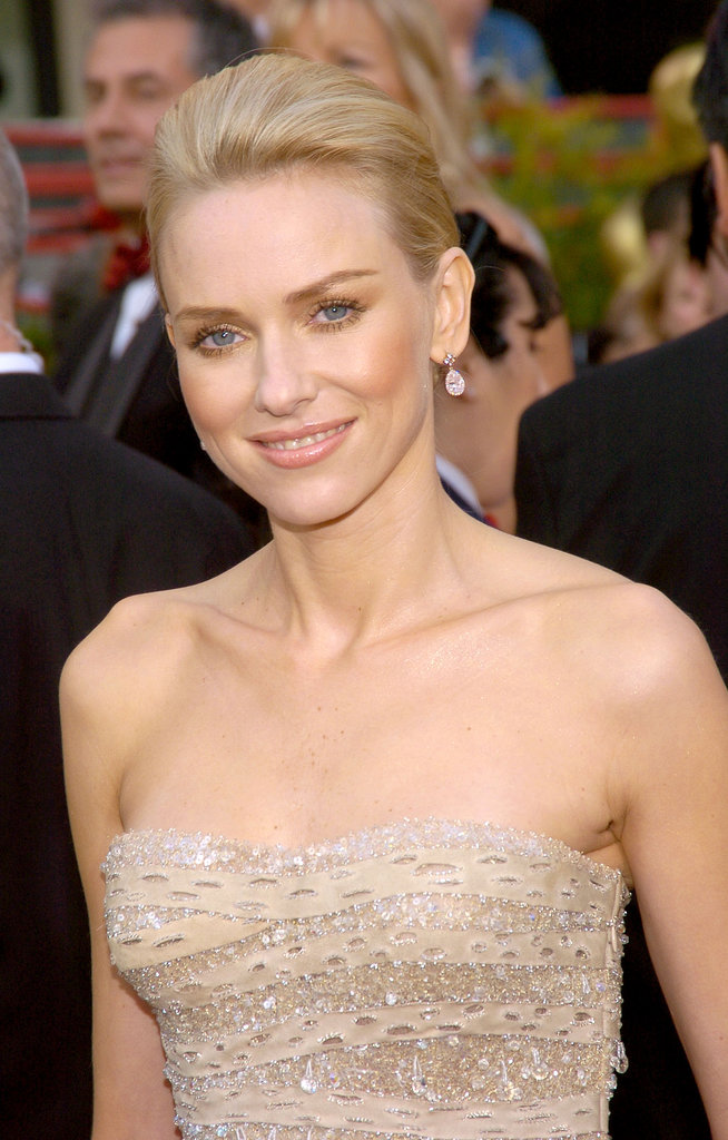 At the 2004 Academy Awards, Naomi stunned with a neutral makeup palette and a minimal pompadour.