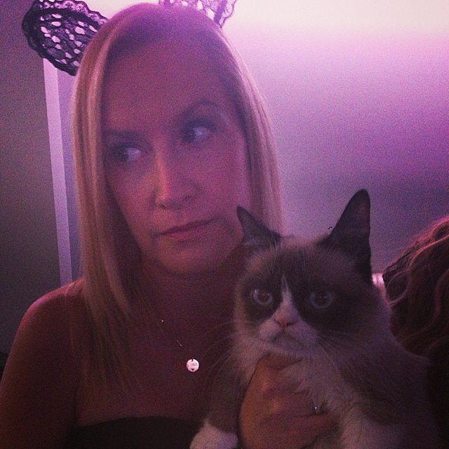 Angela Kinsey posed with Grumpy Cat. Source: Instagram user angelakinsey