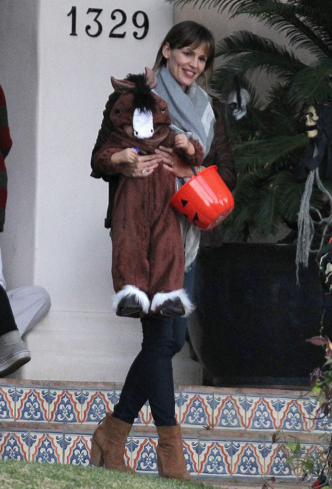Jennifer Garner carried Samuel Affleck down a few steps.