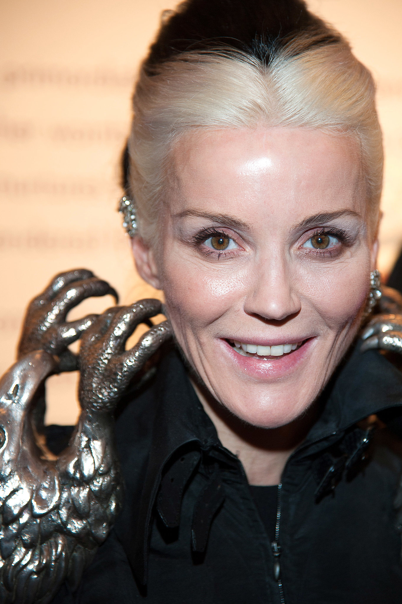 The 49-year old daughter of father Jonathan Guinness and mother Suzanne Lisney, 173 cm tall Daphne Guinness in 2017 photo