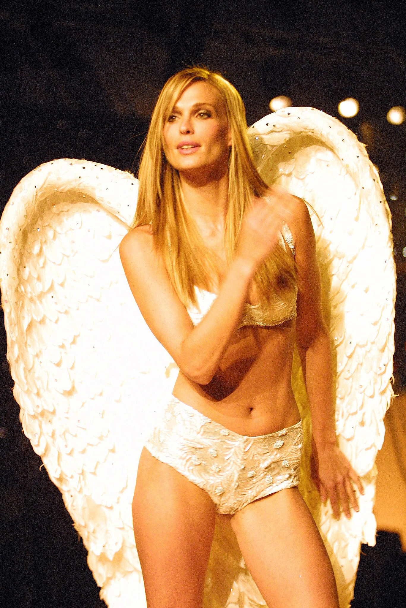 Molly Sims wore an all-white ensemble on the runway in 2001.