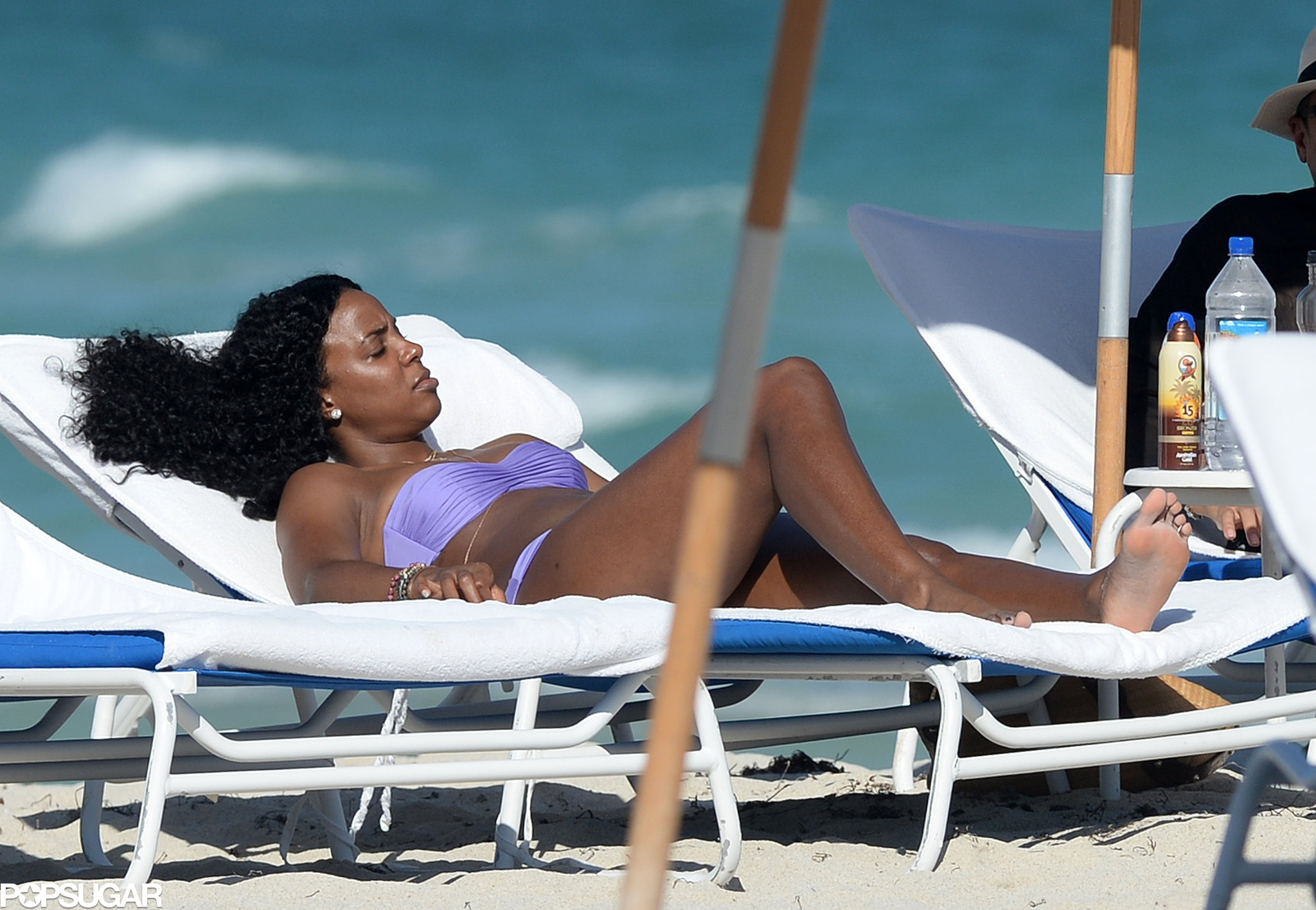 Kelly Rowland relaxed in the sun during a beach day in Miami.