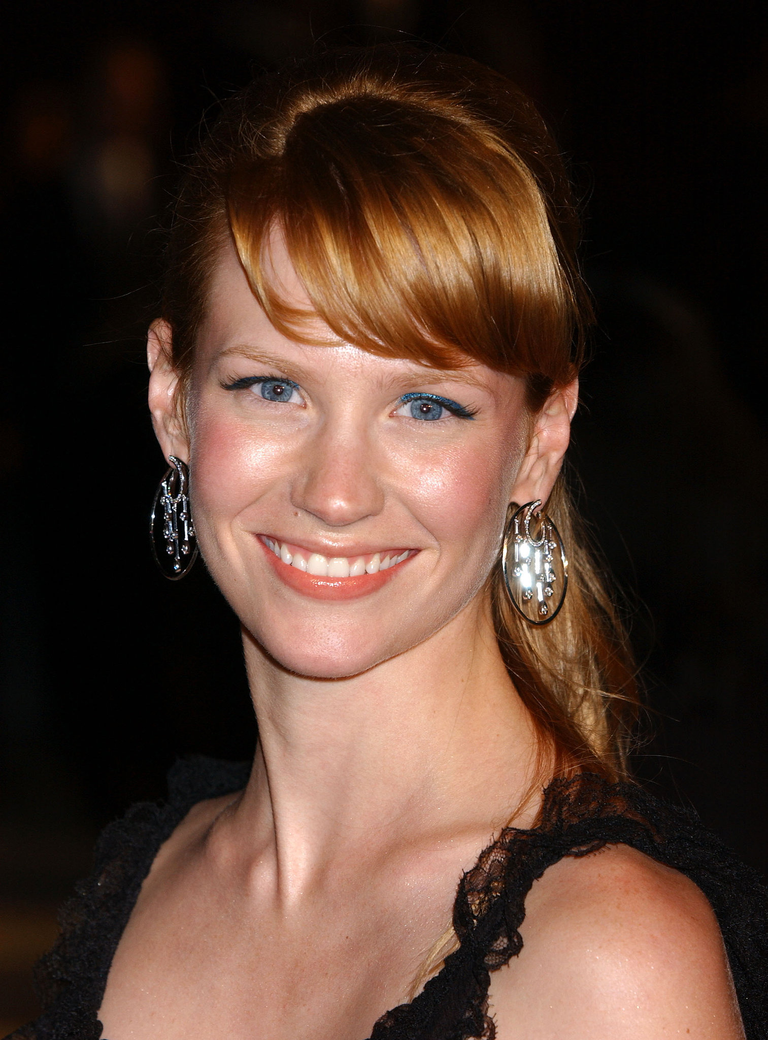 At the 2005 Vanity Fair Oscars party, January showed off strawberry-blond hair with side-swept bangs and a ponytail. She kept her makeup simple: a pop of bright blue eyeliner made her blue eyes stand out.