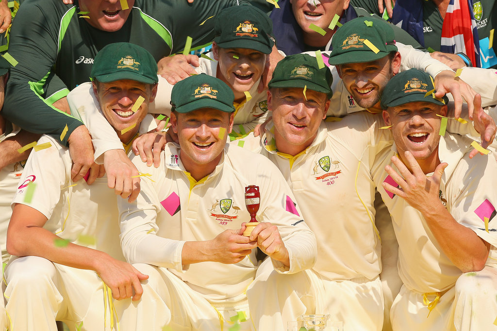 The Australian cricket team posed with the urn.