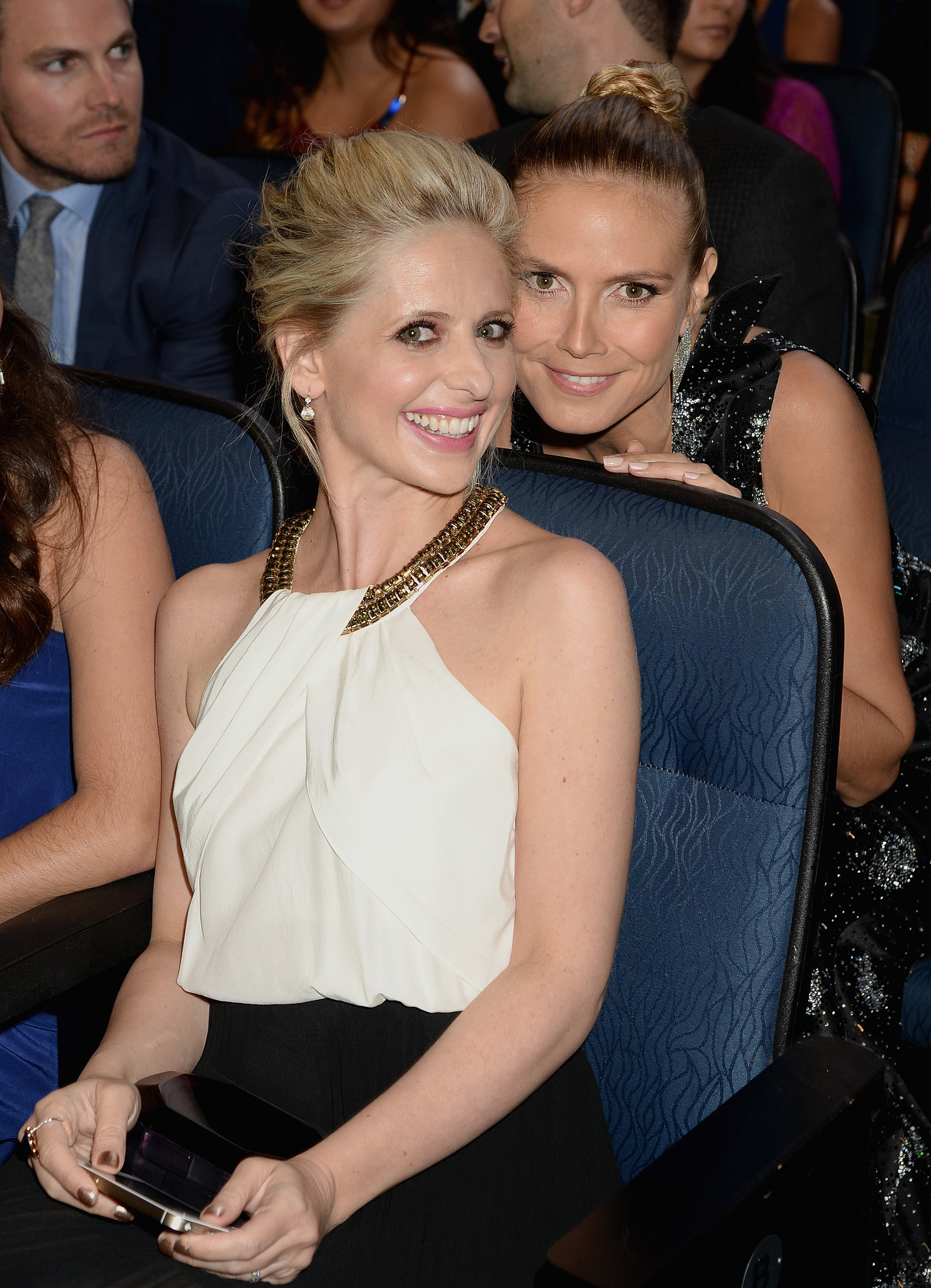 At the People's Choice Awards, Sarah Michelle Gellar got up close and personal with Heidi Klum.