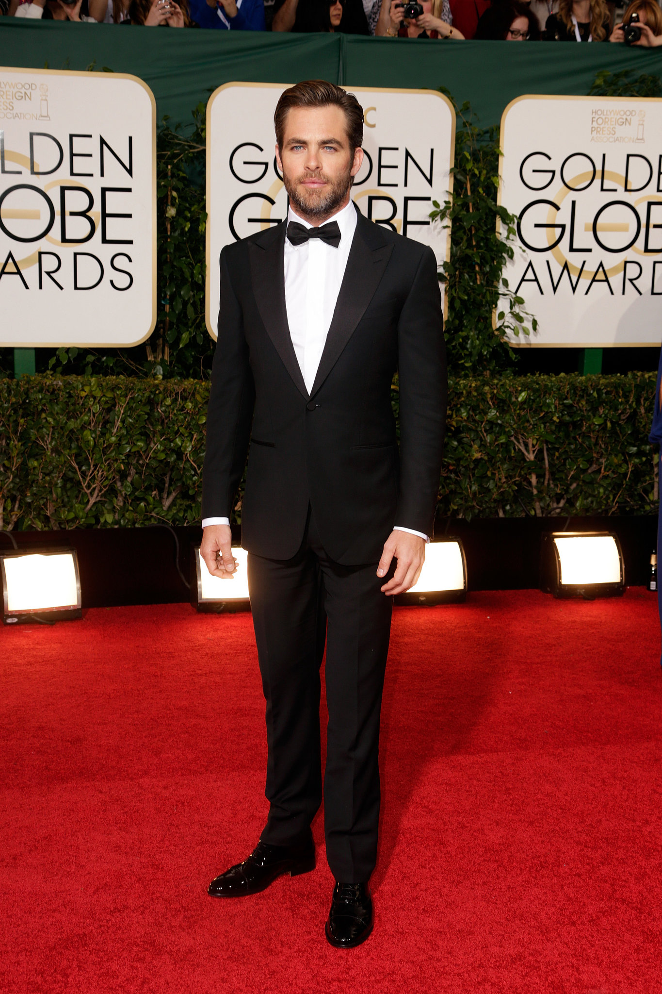 Chris Pine looked smoking hot on the red carpet.