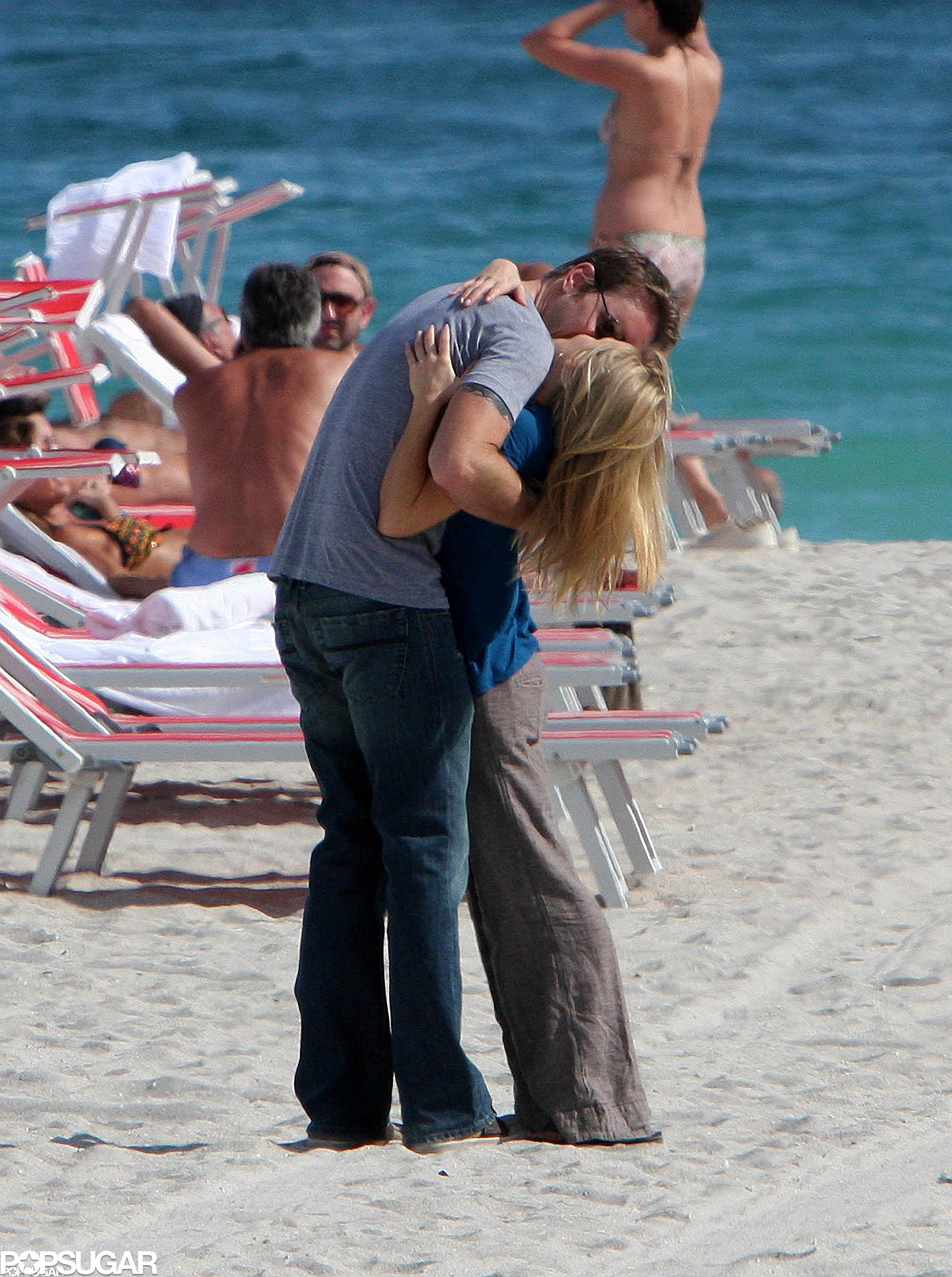 Dax Shepard and Kristen Bell hugged and kissed on the beach in Miami in January 2008.