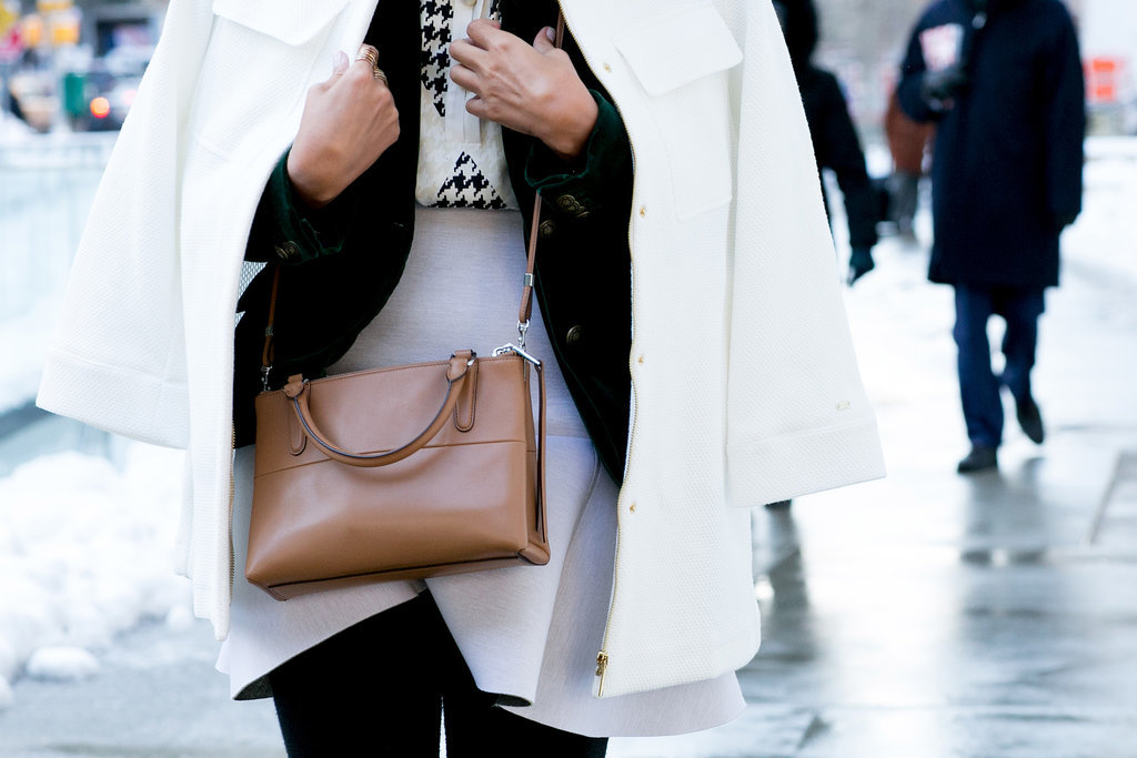 A classic shoulder bag is always the right choice.