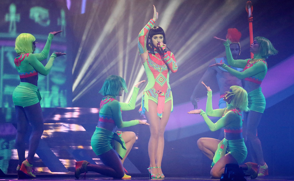 """Katy Perry Dressed as Cleopatra to Perform """"Dark Horse"""""""