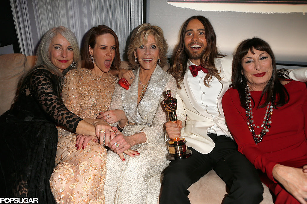 After winning his Academy Award, Jared kicked back with his mom, Constance, as well as actresses Sarah Paulson, Jane Fonda, and Anjelica Huston at the Vanity Fair afterparty.