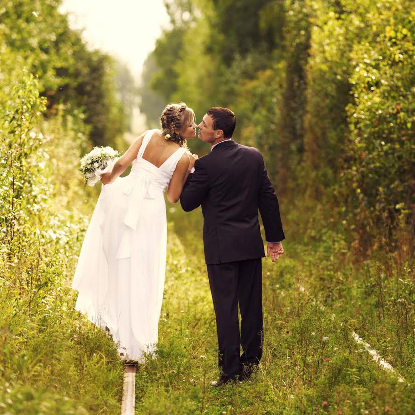 Best wedding dresses for an outdoor or garden wedding for Outdoor wedding pics