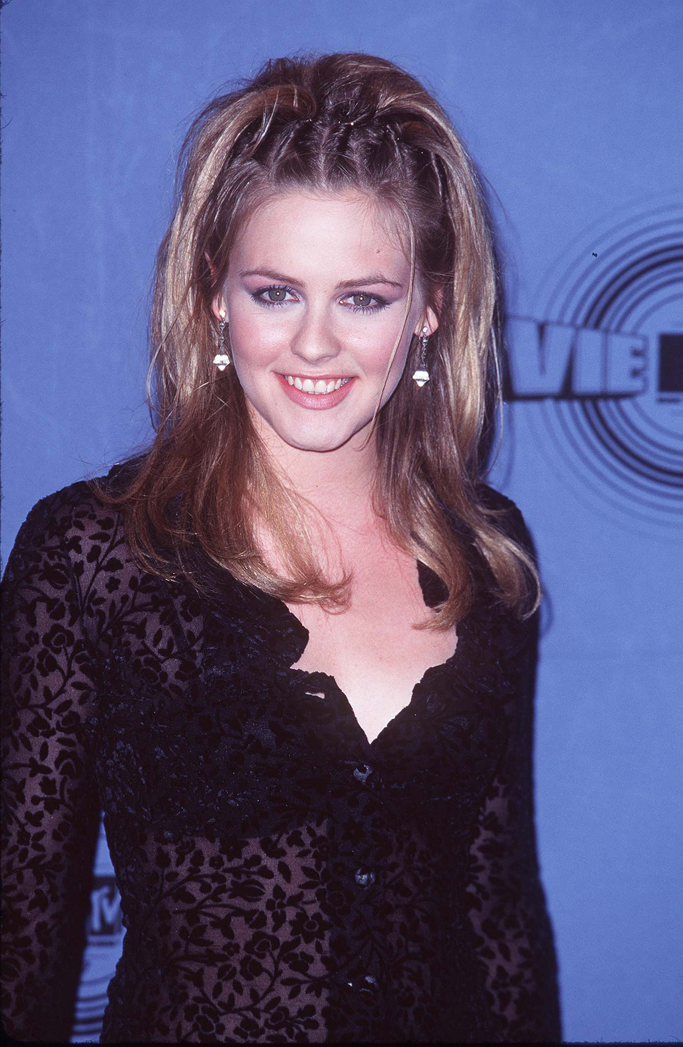 Alicia Silverstone twisted her hair back.