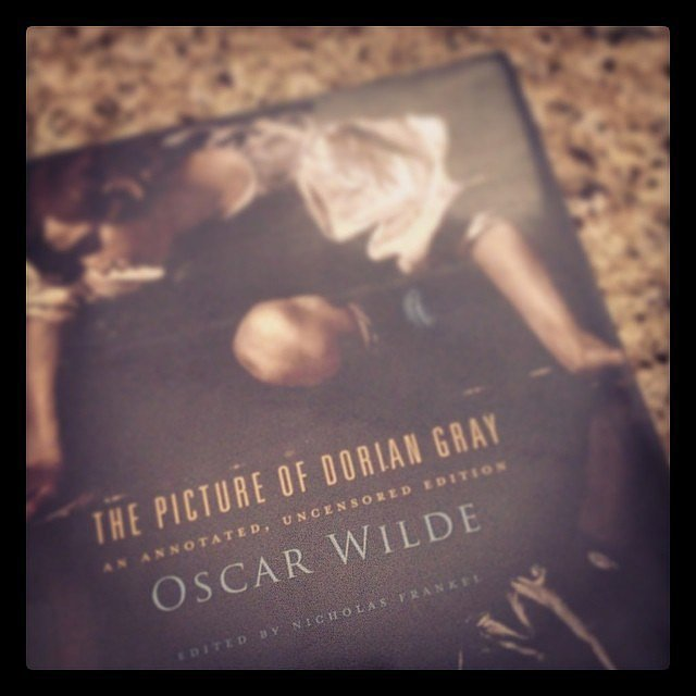 Ami1481010 was reading this Oscar Wilde classic.