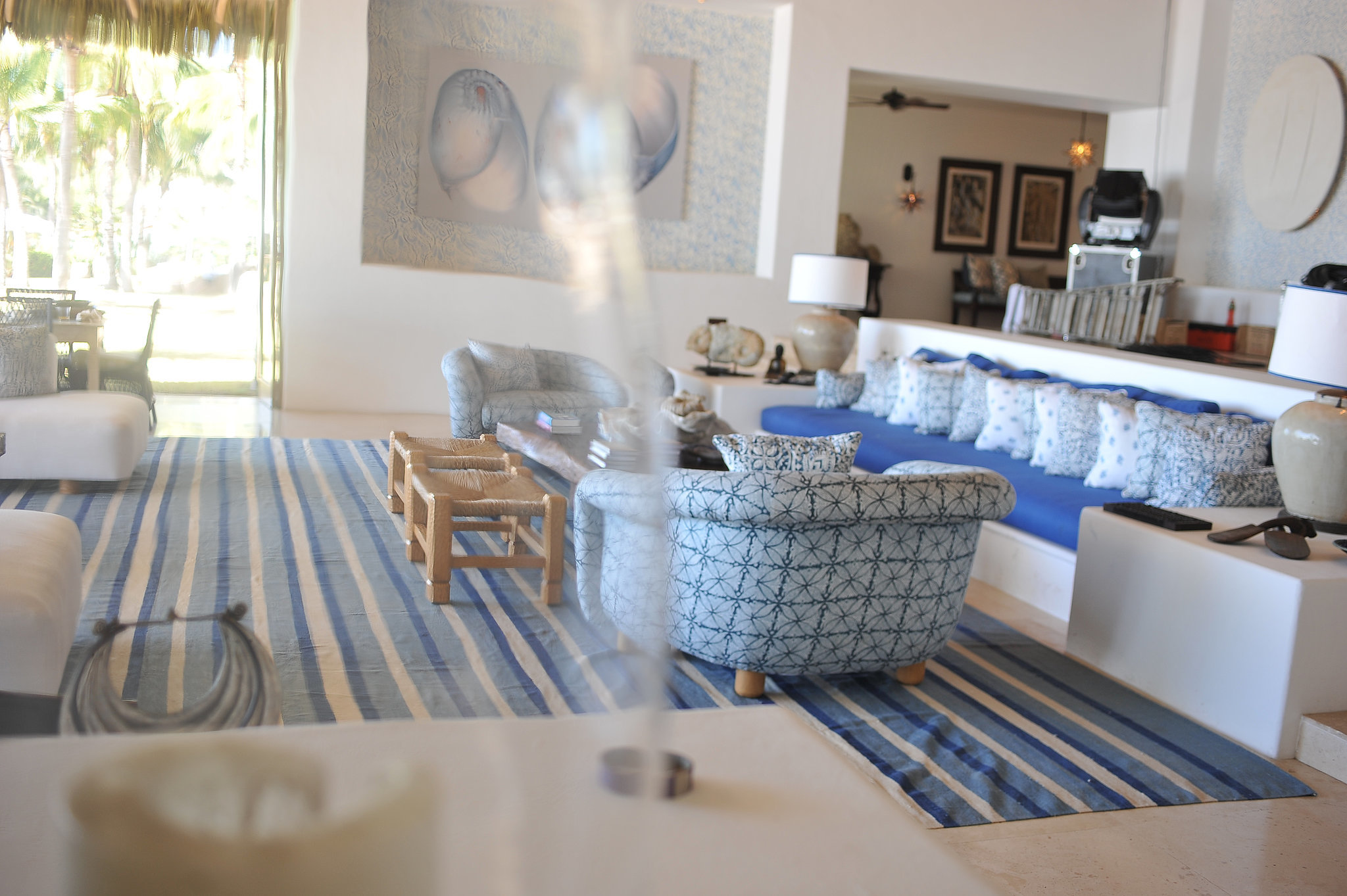 Blue and aqua decor keep with the home's Summer vibe.
