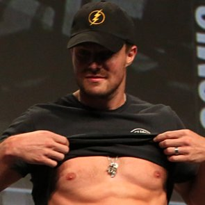 Stephen Amell Flashes His Abs at Comic-Con 2014   Pictures